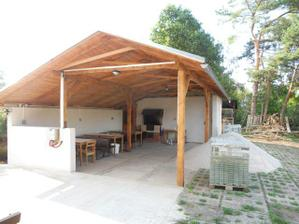 Venkovní terasa s krbem, lávovým grilem a udírnou (dlažba bude svatby hotova)