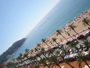 Loret de Mar - pohled z 8 patra hotelu na pláž