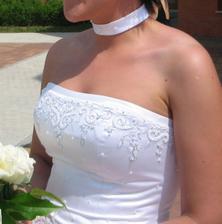 šaty - zdobení korzetu, stejné bylo i dole na šatech a vlečce