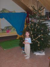 Naše Pavlinka pózuje v pokojíčku před stromečkem