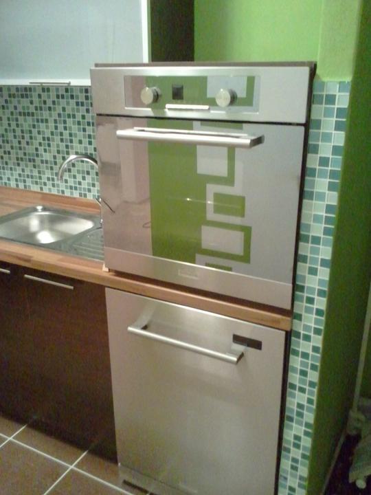 Kuchyňa .. ako to zatiaľ vyzerá - umývačka a nad ňou rúra