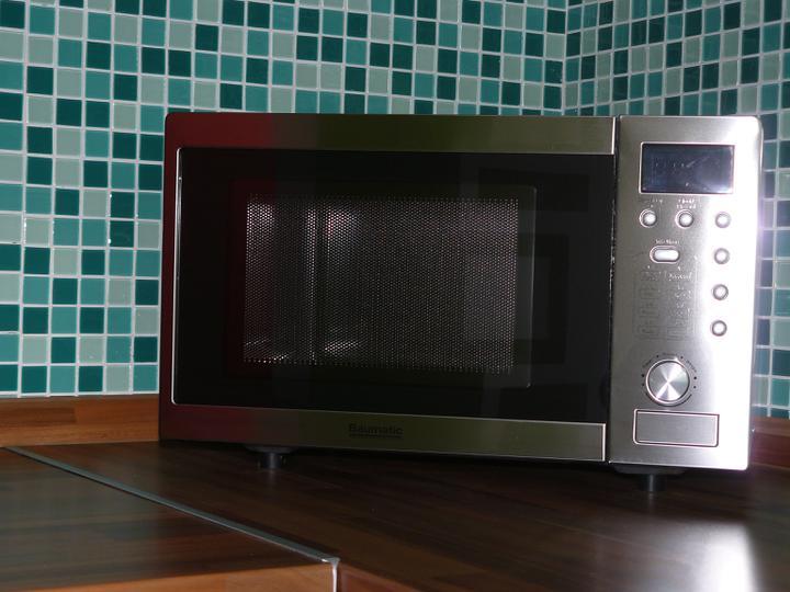 Kuchyňa .. ako to zatiaľ vyzerá - mikrovlná rúra