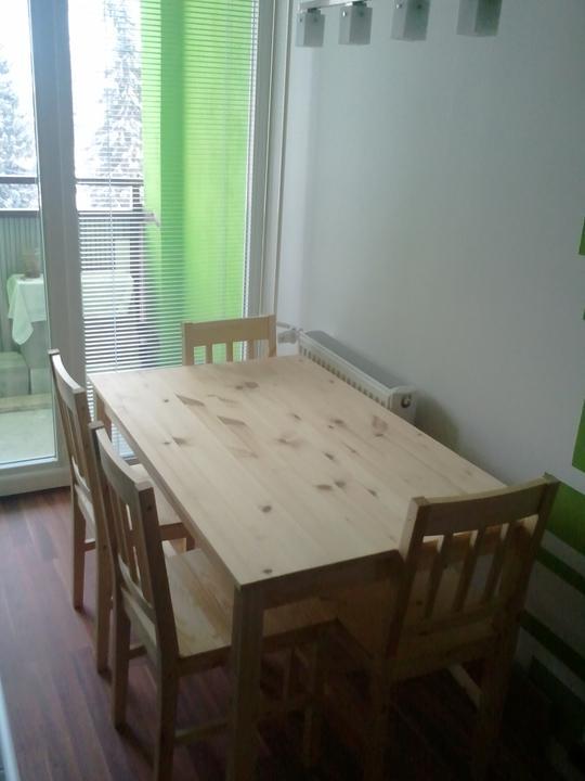 Kuchyňa .. ako to zatiaľ vyzerá - nový stôl so stoličkami... stôl sa bude ešte lakovať tmavším lakom