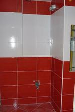 tu príde skrinka s umývadlom, zrkadlo a skrinka na stenu