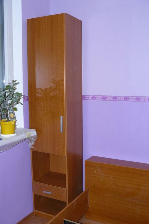 Spáleň .... maľovanie, podlaha + ako skladali spáňovú zostavu - tieto skrinky sú na oboch stranách postele
