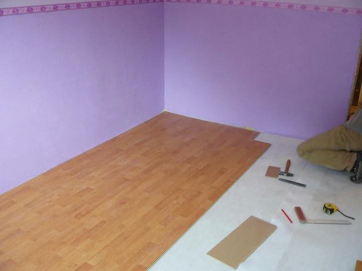 Spáleň .... maľovanie, podlaha + ako skladali spáňovú zostavu - išlo to pomerne rýchlo :)