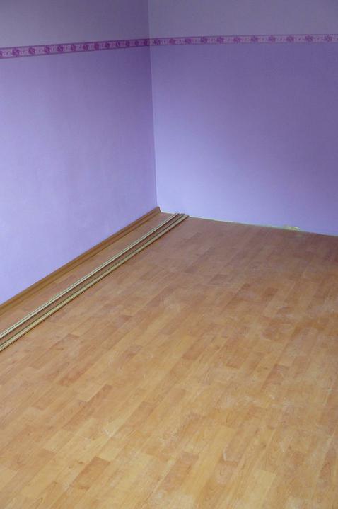 Spáleň .... maľovanie, podlaha + ako skladali spáňovú zostavu - podlaha hotová .. chýbajú ešte obvodové lišty