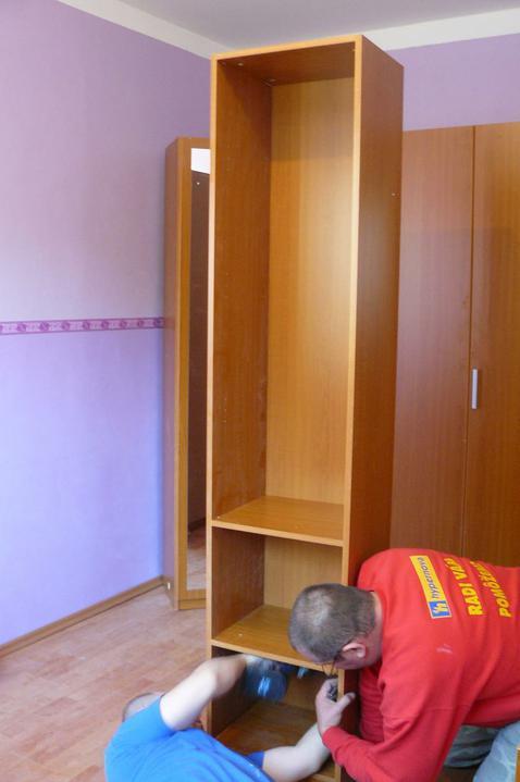Spáleň .... maľovanie, podlaha + ako skladali spáňovú zostavu - skrinka ktorá bude vedľa postele