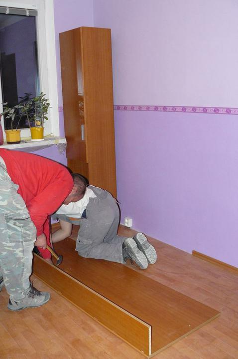 Spáleň .... maľovanie, podlaha + ako skladali spáňovú zostavu - a nakoniec posteľ