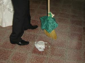 potvora môj manželík - zlepil si tanier na rozbíjanie