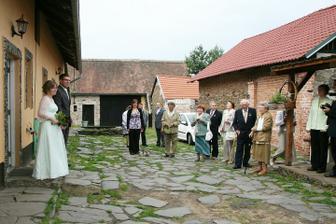 Vyvedení nevěsty z domečku - všichni koukají :-)
