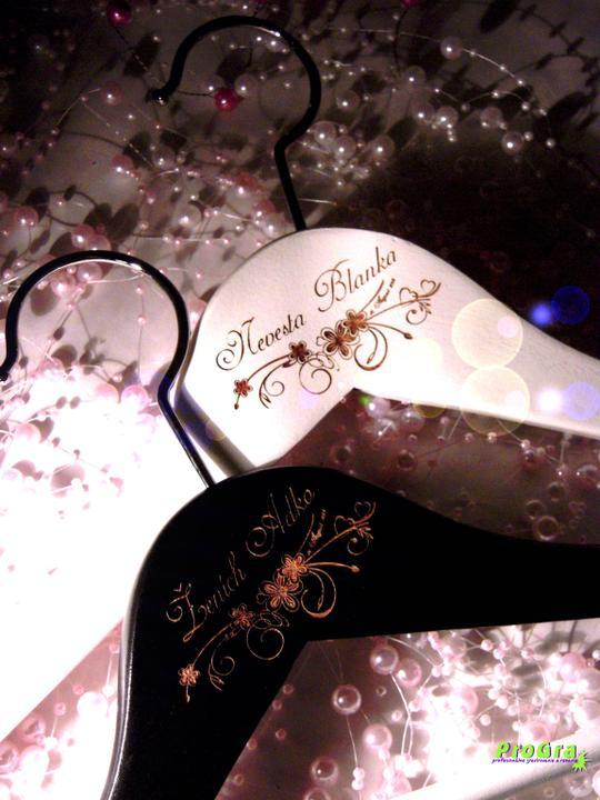 Detaily pre Váš svadobný deň - sada vešiačikov s gravírovaním