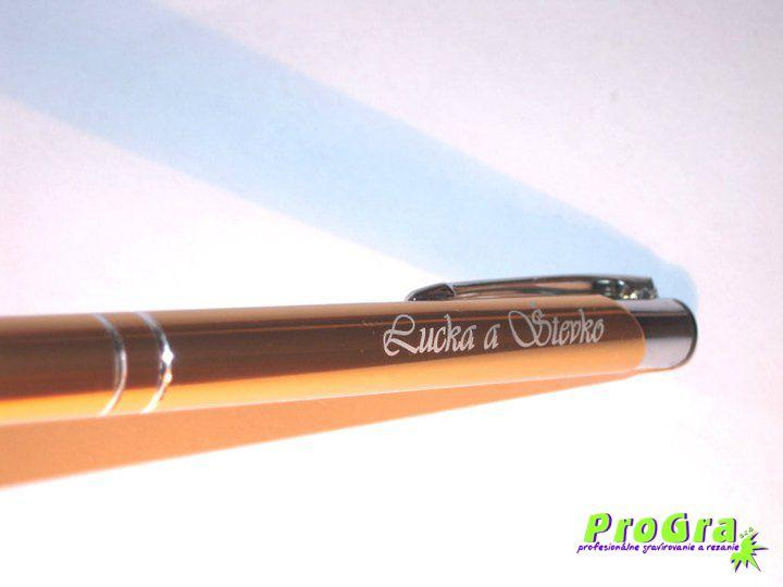 Detaily pre Váš svadobný deň - zlaté pero s gravírovaním mien svadobného páru