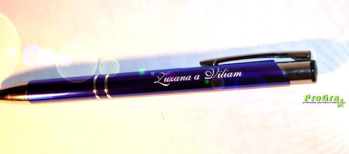 Detaily pre Váš svadobný deň - modré pero s gravírovaním mien svadobného páru - ku knihe hostí