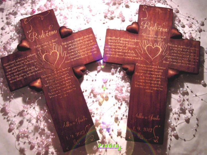 Svadobné krížiky - tmavé štvorsrdiečkové krížiky s gravírovaním podľa priania svadobného páru
