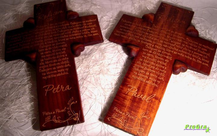 Svadobné krížiky - drevo je prírodný materiál vďaka čomu je každý krížik originál