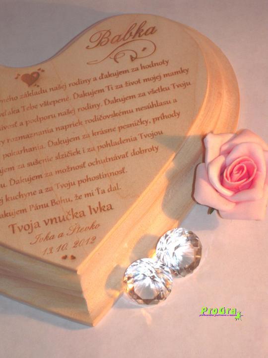Poďakovanie rodičom - detail gravírovania lipového srdiečka s poďakovaním babke