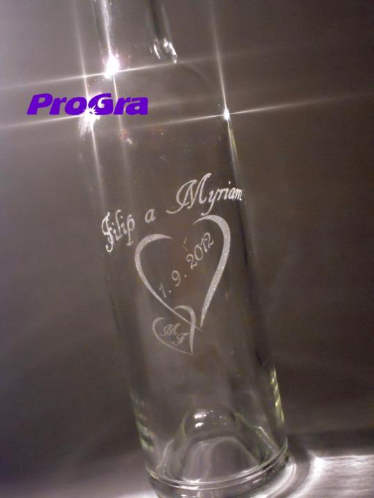 Detaily pre Váš svadobný deň - ukážka gravírovania na fľašu na svadobné výslužky