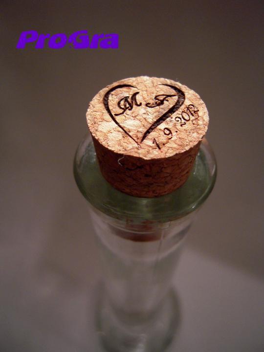 Detaily pre Váš svadobný deň - detail - ktorý poteší - gravírovanie korkového štupľa na fľaši