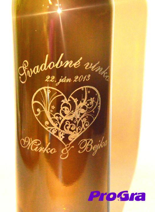 Detaily pre Váš svadobný deň - gravírovanie na fľaše na výslužky vytvorené na zákazku pre svadobný pár