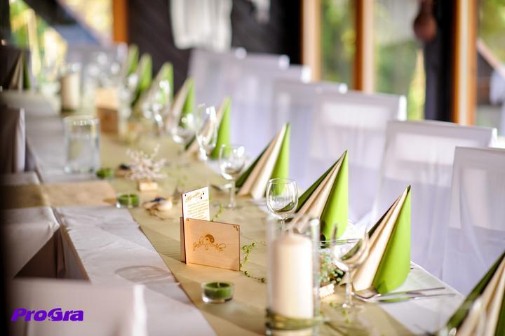"""Poďakovanie rodičom - takto čakalo svadobných rodičov """"Poďakovanie rodičom"""" vyrobené nami na krásne vyzdobenej svadobnej tabuli"""
