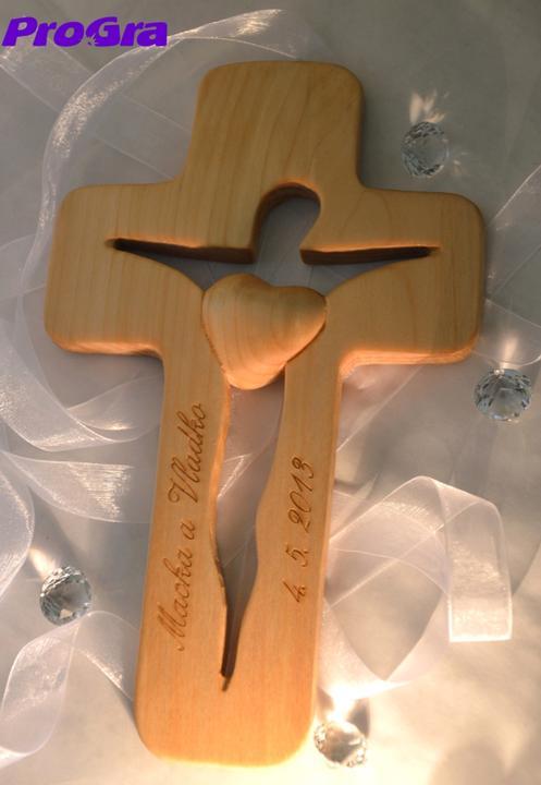 Svadobné krížiky - Ručne vyrezávaný krížik z lipového dreva s gravírovaním od nás - na bledom vynikne krásne kontrast gravíru