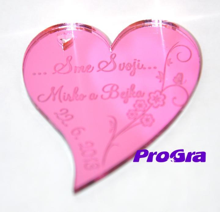Detaily pre Váš svadobný deň - Minisrdiečko s magnetkou vzadu vyrobené z ružového zrkadlového plastu - vhodné ako darček pre hostí - grafika môže byť z našej ponuky - alebo podľa Vaših prianí