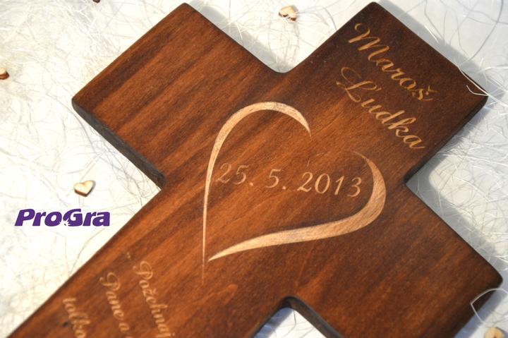 Svadobné krížiky - Detail gravírovania svadobného krížika - mená a dátum svadby