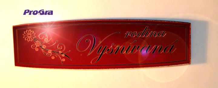 Po svadbičke - Menovka - kvietkovo - červenej metalickej farby s čiernym písmom - veľkosť prispôsobíme Vašim potrebám