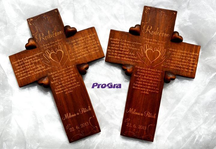 Svadobné krížiky - štvorsrdiečkové krížiky s gravírovaním sú ošetrené morením a olejom na drevo
