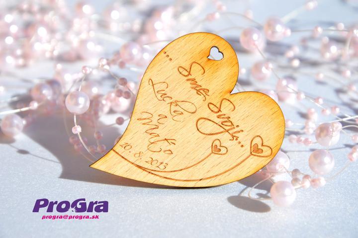 Detaily pre Váš svadobný deň - drevené minisrdiečko vhodné ako darček pre svadobných hostí - vzadu s magnetkou
