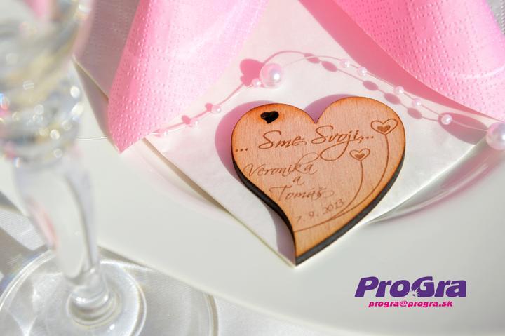 Detaily pre Váš svadobný deň - minisrdiečka s magnetkou vzadu majú výborné ceny a rôzne krásne grafiky, ktoré vypracúvame v prípade záväznej objednávky