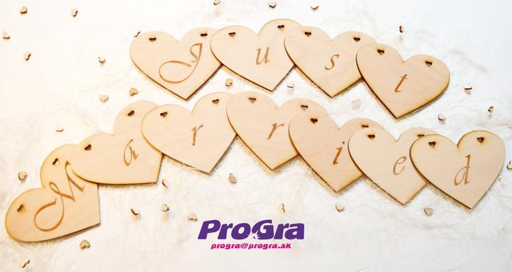 """Detaily pre Váš svadobný deň - rezané drevené srdiečka s nápisom """"Just Married"""""""
