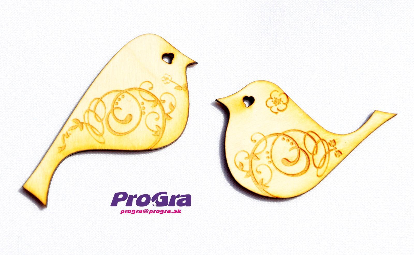 Detaily pre Váš svadobný deň - malinké drevené vtáčiky vzadu s magnetkou môžu byť použité ako svadobná dekorácia alebo aj darček pre hostí