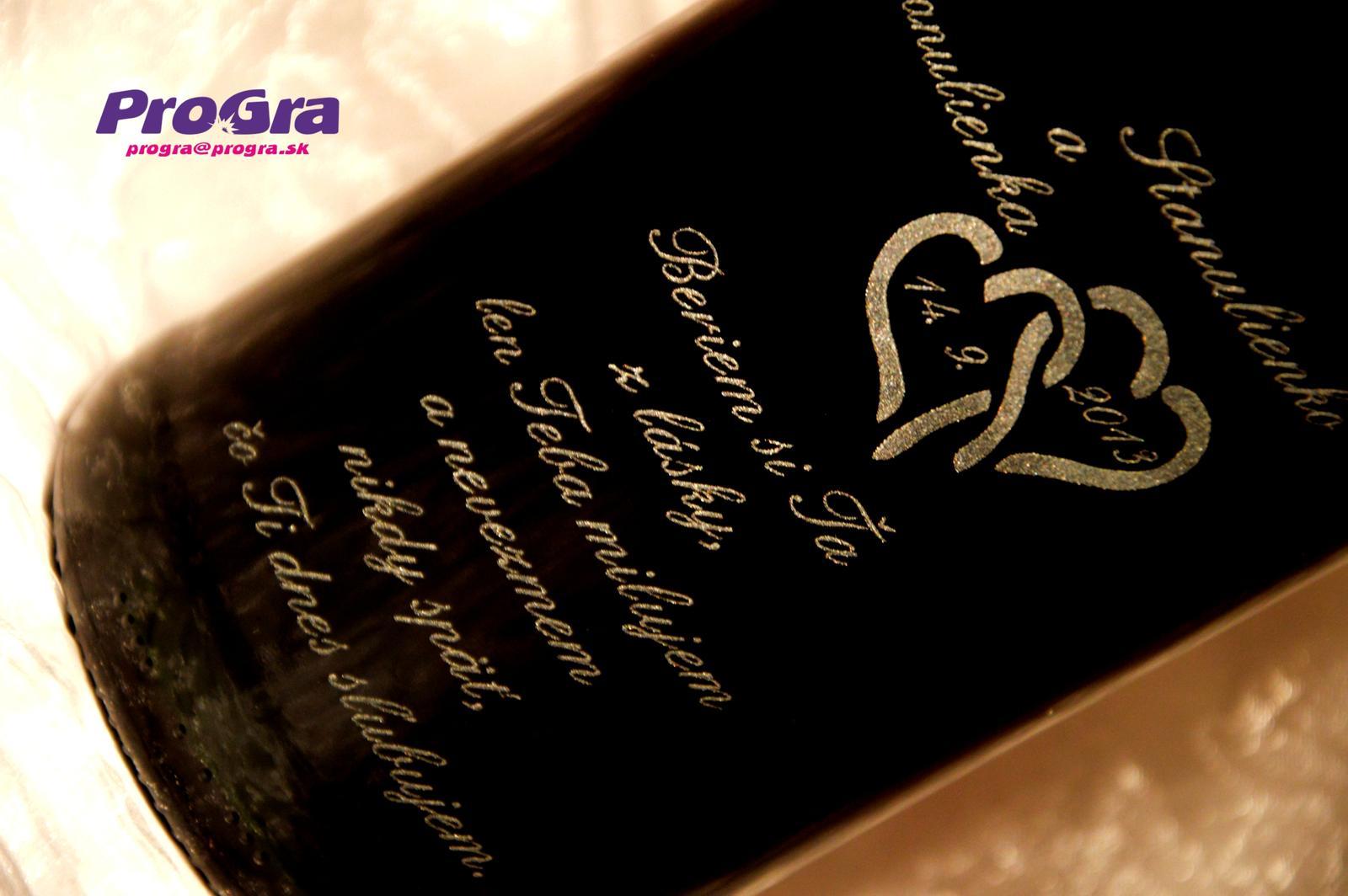 Detaily pre Váš svadobný deň - Nechajte si vygravírovať fľašu na svadobné fotenie - gravírovanie môže ladiť s gravírovaním na pohárikoch