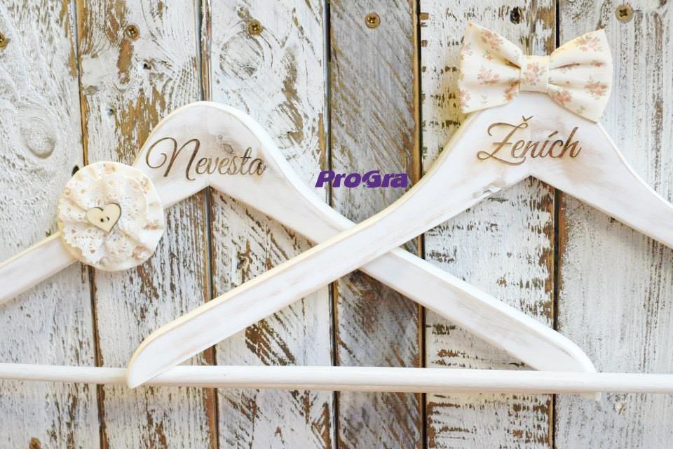 Detaily pre Váš svadobný deň - Svadobné Vintage vešiačiky - super rekvizita pre svadobné fotenie
