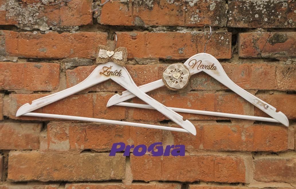 Detaily pre Váš svadobný deň - svadobné vintage vešiačiky II z našej ponuky