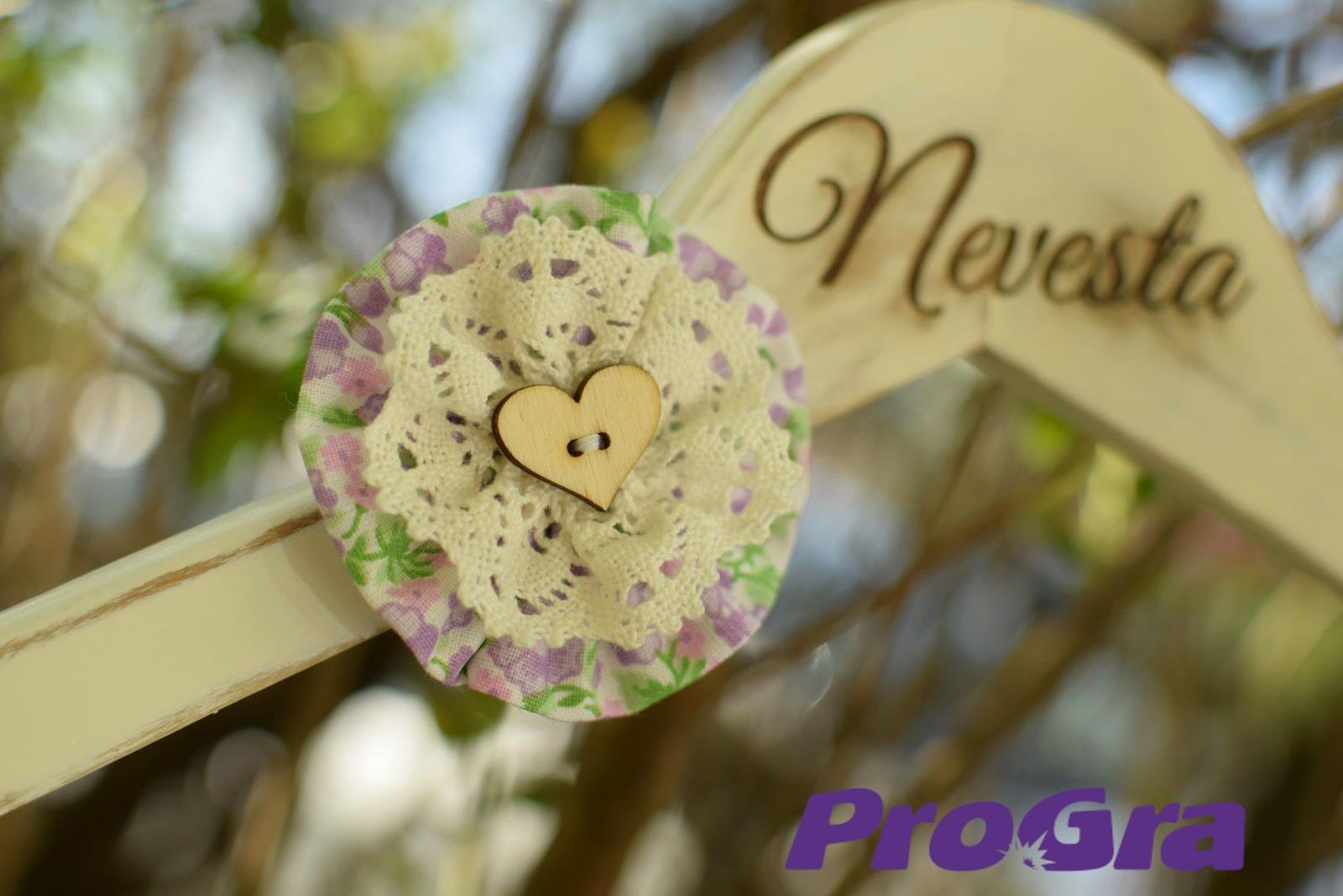 Detaily pre Váš svadobný deň - vešiak pre nevestu zo sady vintage svadobných vešiačikov IV.