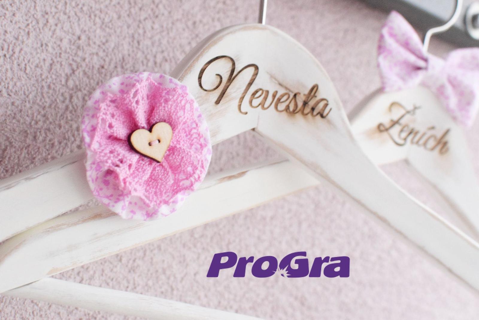 Detaily pre Váš svadobný deň - krásne vintage vešiačiky v ružovo-bielom prevedení