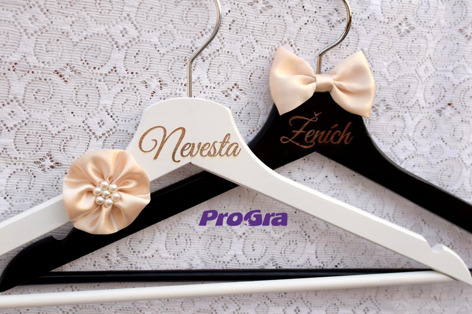 Detaily pre Váš svadobný deň - Elegantné svadobné vešiaky s ručne šitou saténovou dekoráciou