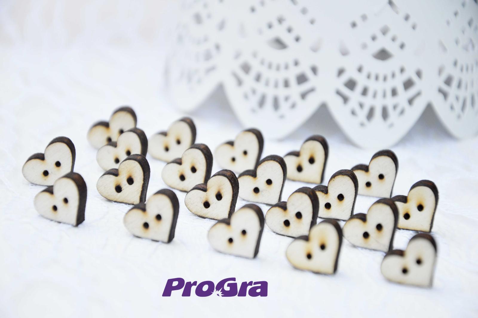 Detaily pre Váš svadobný deň - drevené gombičky v tvare srdiečka - na šitie svadobných pierok - sada 20 ks - veľkosť MIDI