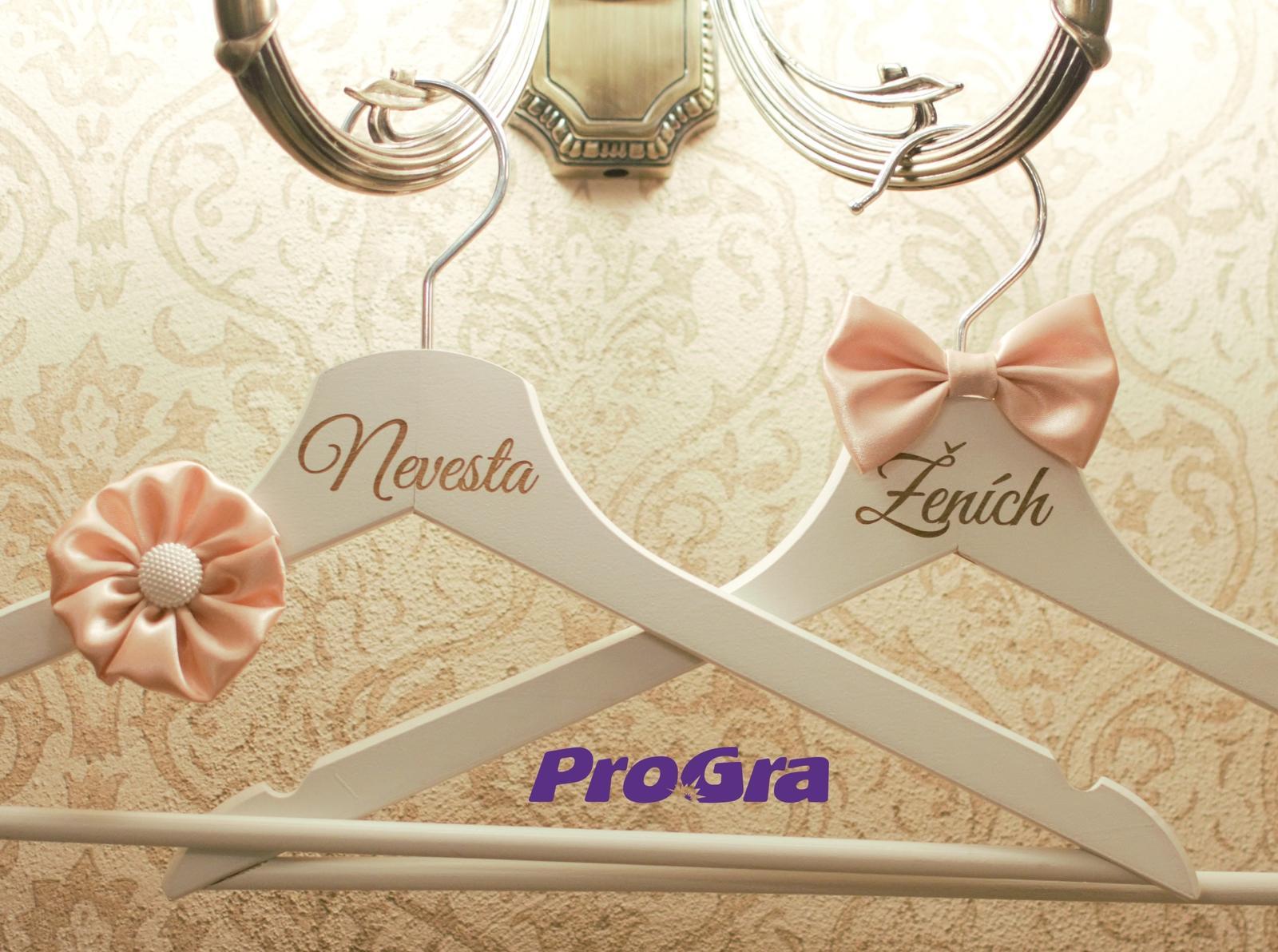 Detaily pre Váš svadobný deň - Elegantné vešiačiky pripravíme aj s personalizovaným gravírovaním