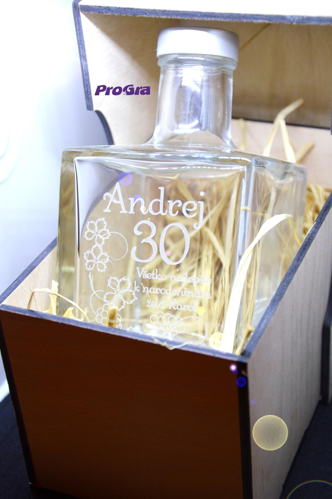 Po svadbičke - krásny darčekový gravírovaný set - elegantná kockatá sklená fľaša v drevenej krabičke