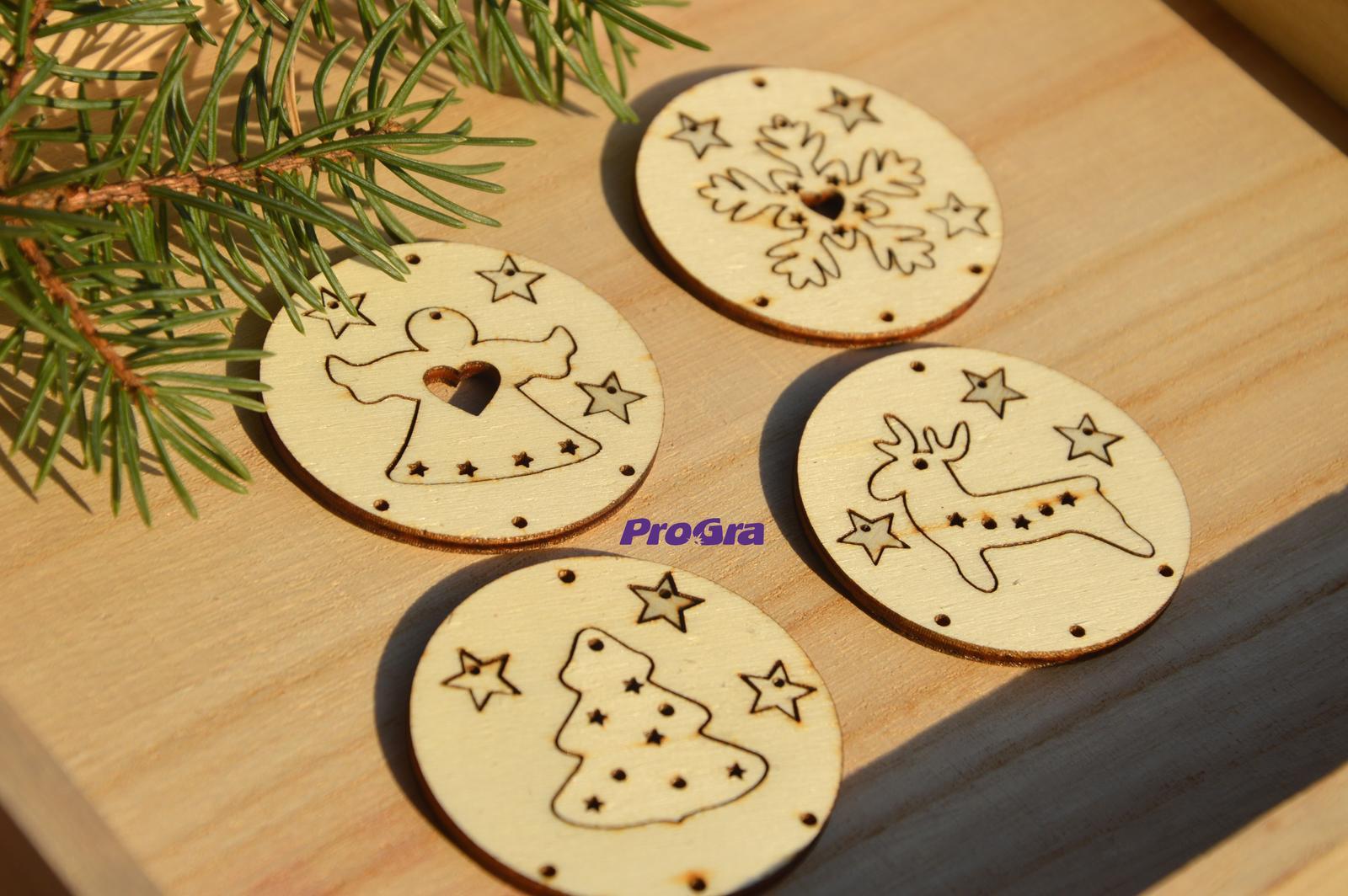 Po svadbičke - Milé drevené ozdôbky je možné nechať si ich v kruhoch - alebo rôzne naviazať - ako sa Vám bude páčiť.
