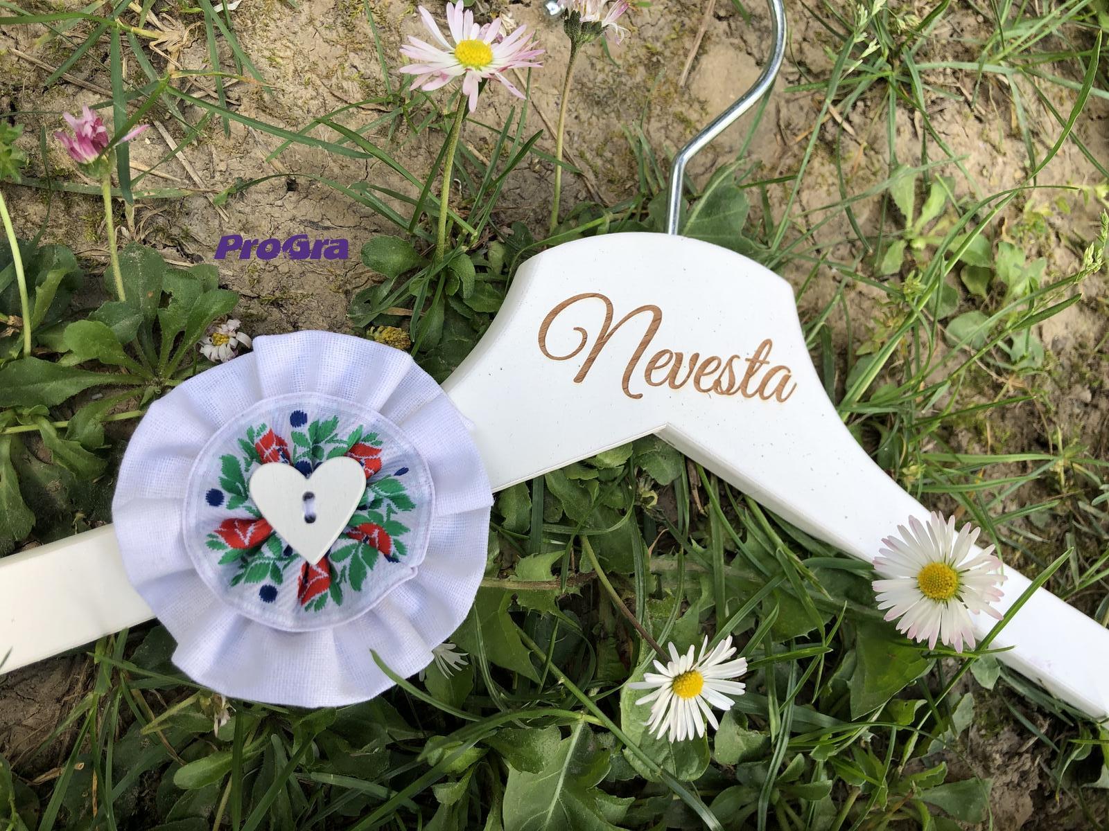 Detaily pre Váš svadobný deň - Krásne vešiačiky na fotenie a video vo folklórnom štýle