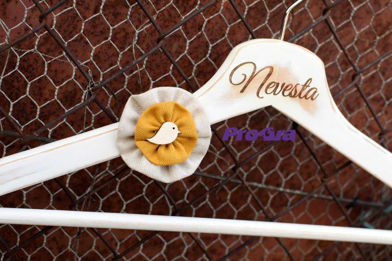 Svadobné vintage vešiačiky vtáčikové - horčicové - Obrázok č. 4