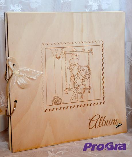 Drevený svadobný album - Snúbenci - 30 x 30 cm - Obrázok č. 1