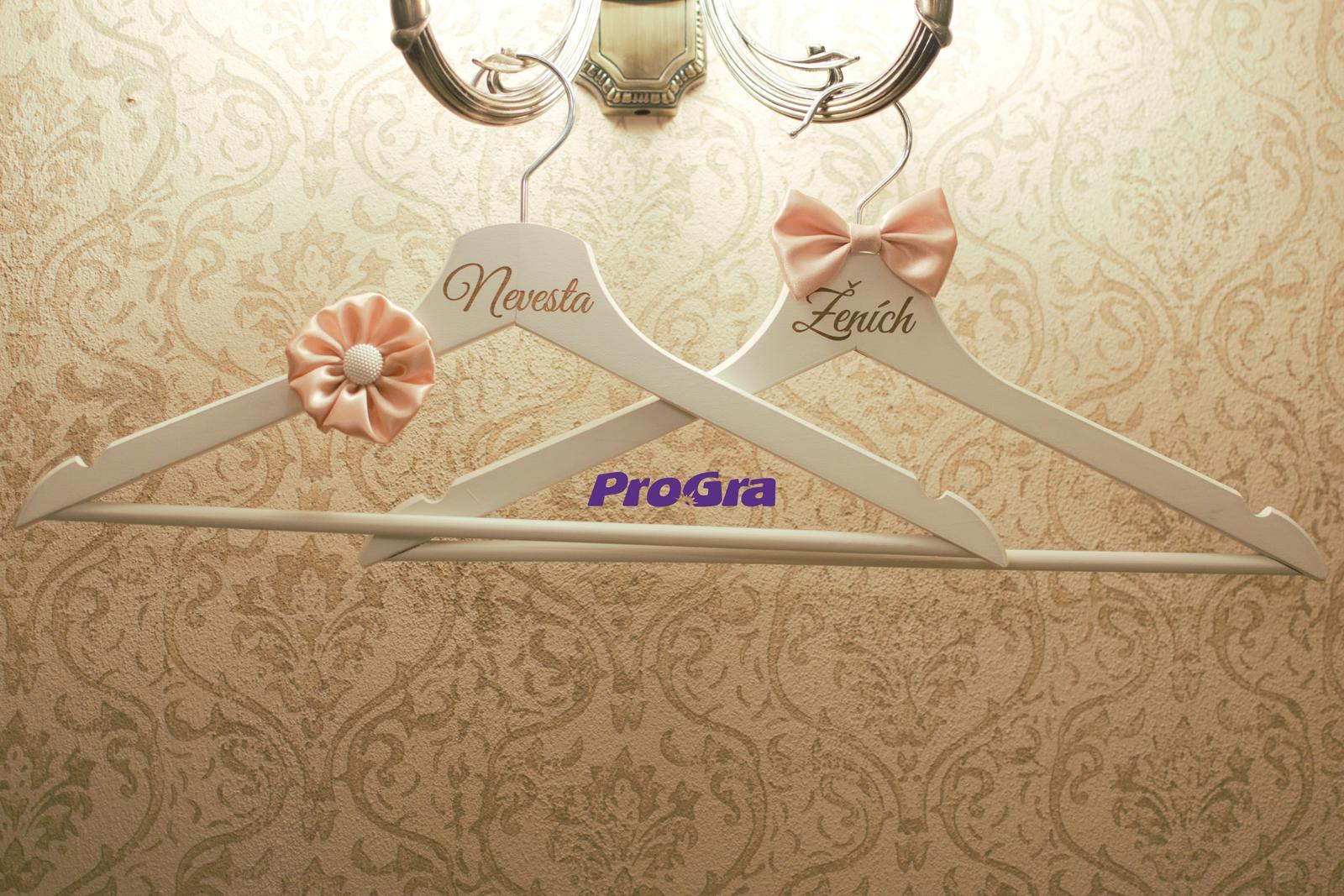 Saténové staroružové svadobné vešiačiky s gravírom - Obrázok č. 2
