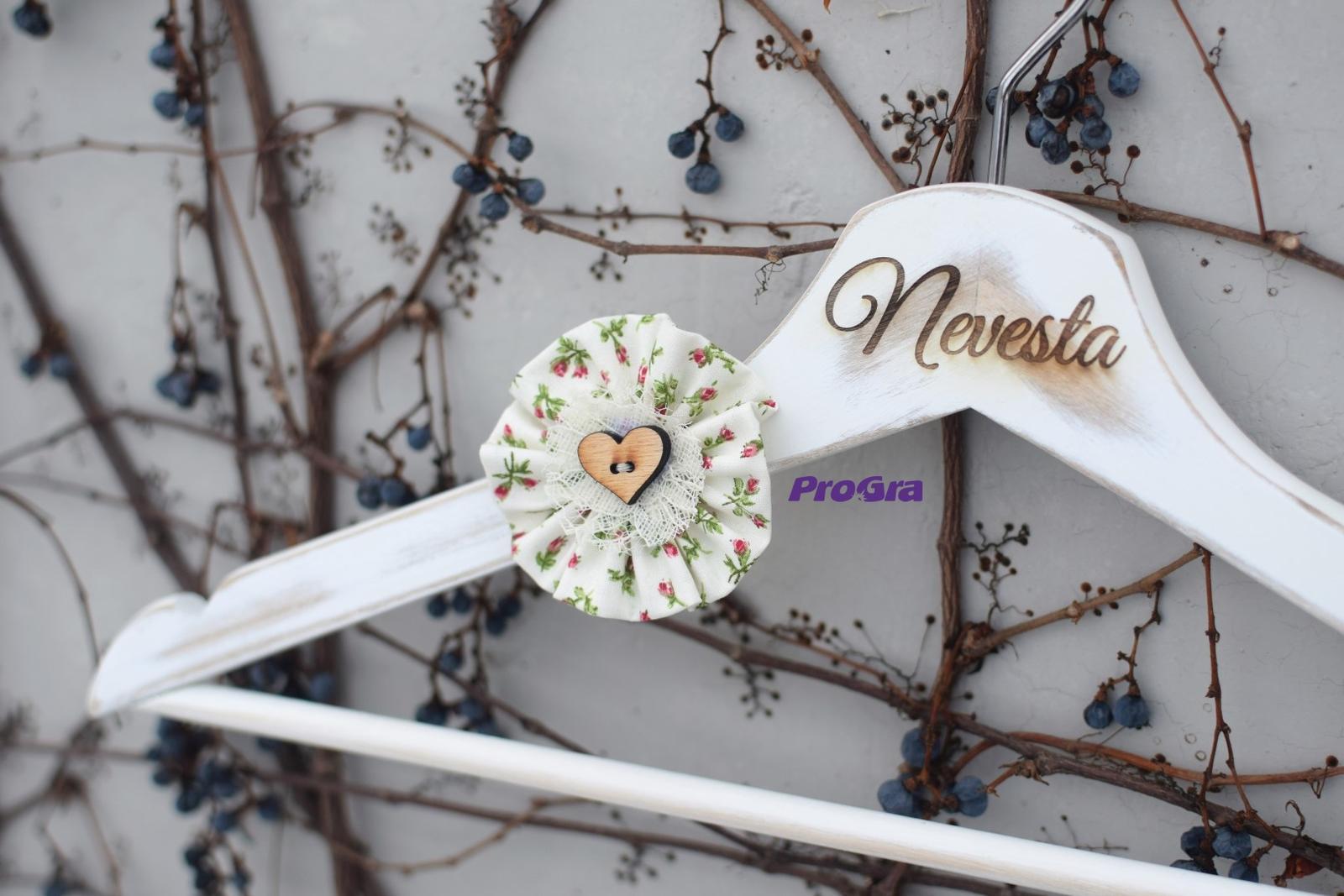 Svadobné vintage vešiačiky s ružami - Obrázok č. 3