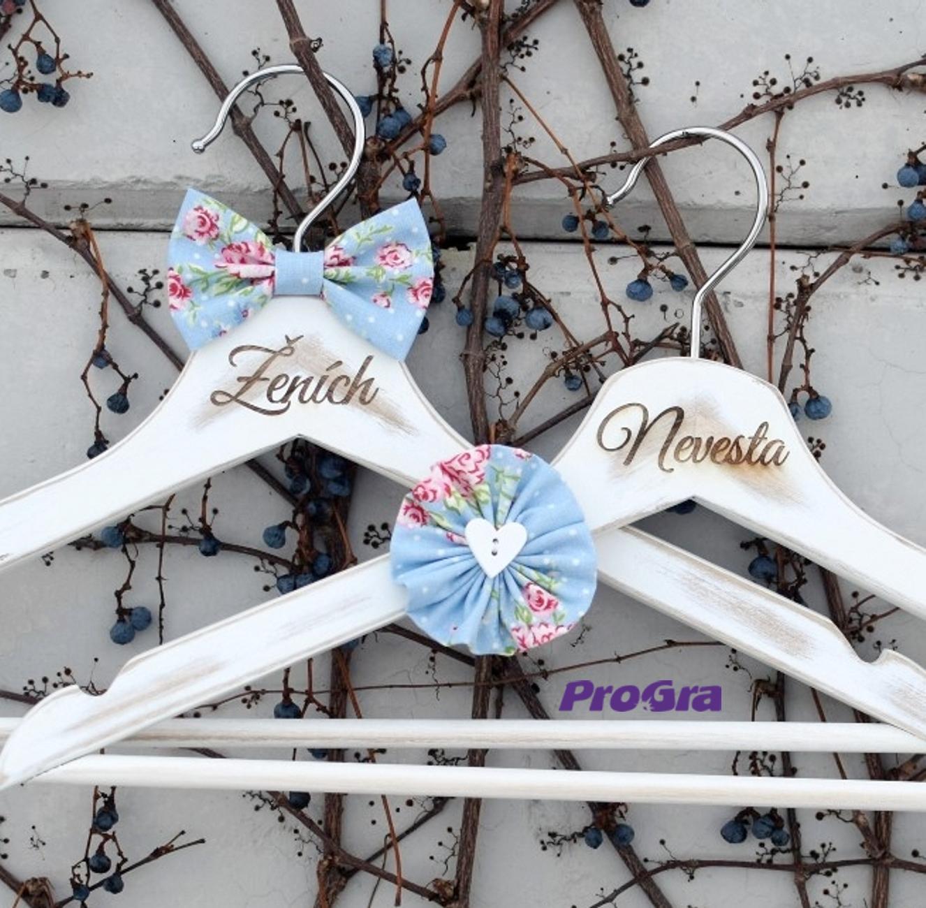 Svadobné vintage vešiačiky modré s ružami - Obrázok č. 1